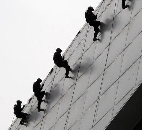Đặc nhiệm thực hiện các hành động đòi hỏi sức khỏe và lòng dũng cảm.