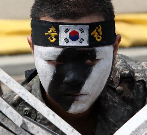 Gương mặt của người lính sau khi thực hiện xong màn chặt gạch.