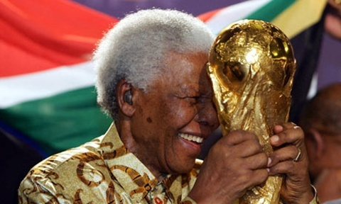 Back in 2004 when they announced the winner of the right to host the 2010 World Cup, a giddy Nelson Mandela was in attendance with the World Cup trophy (above), and so were his tears. Moments like this sends flashes aflutter  the hearts of photogs too.