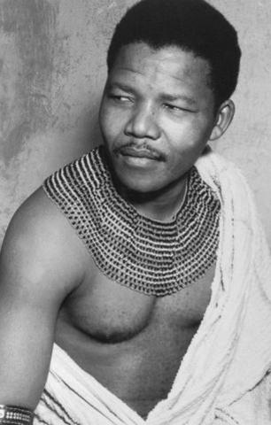 Trước khi thành tổng thống, Mandela là nhà hoạt động chống chủ nghĩa phân biệt chủng tộc Apartheid và là người đứng đầu phái vũ trang của Đảng Quốc Đại (ANC). Ảnh: