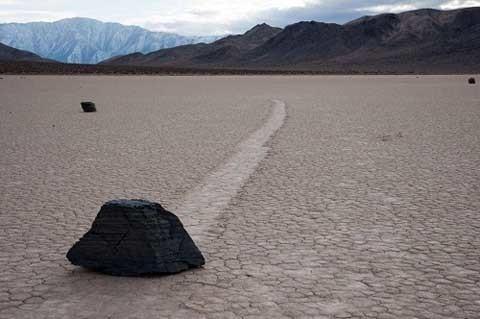 Nhiều năm trôi qua, từng hòn đá di chuyển theo con đường riêng của mình. Một số quẹo, một số di chuyển theo đường thẳng trong khi số khác di chuyển theo đường e-lip hay lượn sóng, nhưng không một ai có thể nhìn thấy đá di chuyển như thế nào và cũng không ai biết được tốc độ đi chuyển của chúng ra sao. Đá di chuyển để lại sau chúng những con đường mòn khác nhau cả về hướng lẫn chiều dài. Đá ban đầu ở cạnh nhau, có thể là đi song song trong một khoảng thời gian trước khi đột ngột thay đổi hướng, dừng lại hay tiếp tục trượt. Một số hòn đá nặng khoảng 45kg và di chuyển xa đến 457m trong thời gian từ 2 đến 5 năm.