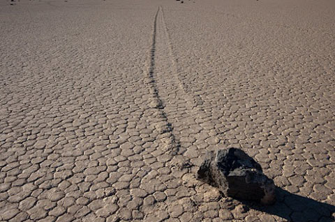 Đã một thế kỉ nghiên cứu nhưng các nhà khoa học vẫn chưa tìm ra câu trả lời cho hiện tượng địa chất kì lạ này. Cho đến ngày nay, vẫn chưa có một ai nhìn thấy đá di chuyển. Không có nhân chứng, các nhà khoa học đưa ra vô số lí thuyết để giải thích hiện tượng kỳ lạ ấy.