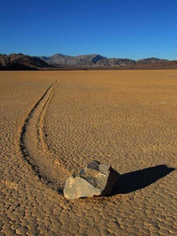 Lý giải đầu tiên cho hiện tượng này là do tác động của lực hấp dẫn, đá trượt xuống dần dần trong một khoảng thời gian dài. Tuy nhiên, lí thuyết này bị bác bỏ khi người ta nghiên cứu kỹ về vị trí địa lý của khu vực này. Cuối phía bắc của Playa cao hơn so với phía nam vài centimet nhưng trong thực tế thì hầu hết các loại đá rất khó đi chuyển một quãng đường dài mấy trăm km như vậy. Những kết luận này chưa đúng về hiện tượng di chuyển đá, duy chỉ có giáo sư địa chất của trường đại học San Jose State ở California là người đang đến gần hơn với kết quả giải quyết những bí ẩn này.