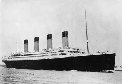 Tàu Titanic. Chủ tịch hãng White Star Line sản xuất tàu Titanic đã phát biểu về con tàu trước chuyến khởi hành đầu tiên và cũng là cuối cùng của nó: Tàu Titanic không có nguy cơ bị chìm. Các hành khách chỉ phải chịu một số bất tiện nhỏ trong quá trình đi tàu. huyền trưởng Smith dự đoán: Tôi không nhận thấy bất kỳ nguy cơ tai nạn nào có thể xảy ra với con tàu. Công nghệ đóng tàu hiện đại sẽ giải quyết vấn đề đó. Đáng buồn thay, khi tàu Titanic đâm vào tảng băng trôi vào ngày 15-4-1912, nó đã bị vỡ và nhấn chìm 1502 người xuống Bắc Đại Tây Dương.