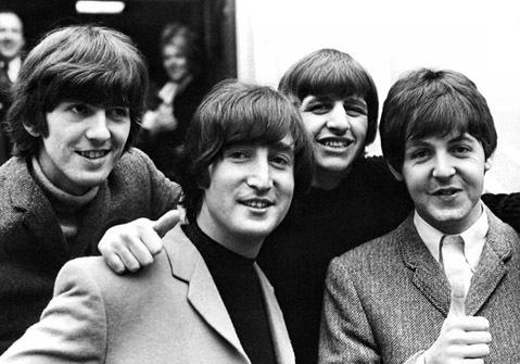 """Ban nhạc The Beatles. Ngày 1-1-1962, nhà sản xuất âm nhạc của hãng thu âm Decca Tony Meehan đã tiến hành thử giọng cho các thành viên ban nhạc The Beatles bao gồm Paul McCartney, John Lennon, George Harison và Pete Best. Họ đã trình bày 15 ca khúc trong một giờ đồng hồ. Thế nhưng, Hãng thu âm Decca đã từ chối nhận họ với nhận xét: """"Chúng tôi không thích âm nhạc của họ. Các nhóm chơi ghi-ta giờ đã hết thời rồi. Hãng còn dự báo nhóm sẽ sớm thất bại, nhưng những điều The Beatles làm được đã khiến cả thế giới kinh ngạc. Họ đã trở thành nhóm nhạc bán được nhiều đĩa nhất tại Mỹ, nhận được 7 giải Grammy và 1 giải của Viện Hàn lâm âm nhạc. Tạp chí Time đã vinh danh The Beatles nằm trong top 100 người có ảnh hưởng nhất thế kỷ 20."""