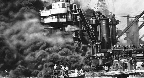 Trân Châu Cảng. Bất kỳ cuộc tấn công nào vào hạm đội Hải quân Mỹ đều là một cú shock lớn với người Mỹ. Tổng Thư ký Hải quân Mỹ Frank Knox phát biểu trấn an mọi người vào ngày 4-12-1941 rằng: Dù có bất kỳ chuyện gì xảy ra với nước Mỹ, Hải quân Mỹ sẽ luôn sẵn sàng chiến đấu và chiến thắng. Đó là thời điểm 3 ngày trước khi trận Trân Châu Cảng nổi tiếng diễn ra. 353 máy bay chiến đấu của Nhật Bản đã tấn công vào căn cứ Hải quân Mỹ tại Trân Châu Cảng, Hawaii sáng 7-12-1941. Trận chiến đã phá hủy 8 tàu chiến và 188 máy bay chiến đấu Mỹ đồng thời gây thương vong cho 2042 binh sĩ Mỹ. Tổng thống Roosevelt đau xót nhận định về ngày 7-12-1941 là Ngày đánh dấu sự ô nhục của nước Mỹ.