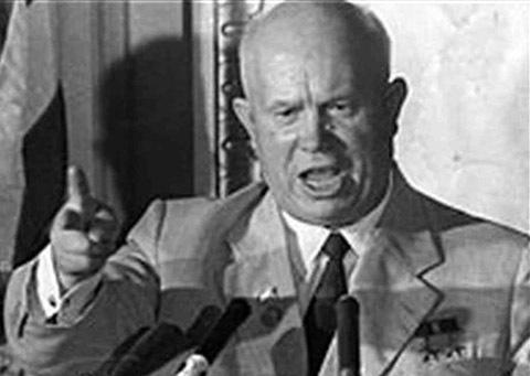 """Chủ nghĩa tư bản sụp đổ. Sự căng thẳng giữa Nga và Mỹ vẫn còn là một mối đe dọa cho hòa bình thế giới trong Chiến tranh Lạnh. Cả hai bắt đầu cuộc chạy đua vũ khí hạt nhân và cũng phấn đấu đạt được vị trí đứng đầu về khoa học vũ trụ. Trong bối cảnh đó, Nikita Khrushchev, lãnh đạo Liên Xô từ năm 1953-1964 đã đập giày lên bàn tại kỳ họp Liên Hiệp Quốc vào năm 1960 và tự tin phát biểu rằng chủ nghĩa tư bản đã được ràng buộc với thất bại và chủ nghĩa cộng sản đang tiến lên. Ông cho biết: """"Lịch sử đang đứng về phía chúng tôi... Chúng tôi sẽ chôn vùi chủ nghĩa tư bản"""". Lịch sử, trên thực tế đã không đứng về phía họ, vì Liên Xô chính thức giải tán vào ngày 26-12-1991."""