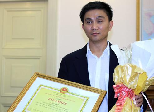 Ông Trần Thắng, người vừa được tặng bằng khen với công sức sưu tầm gần 200 bản đồ Trung Quốc không có Hoàng Sa dành tặng cho Đà Nẵng. Ảnh: Nguyễn Đông