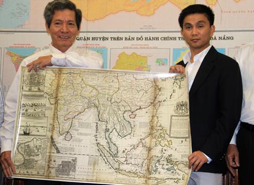 Ông Thắng trao tặng bản đồ khẳng định chủ quyền Trung Quốc dừng lại ở đảo Hải Nam cho chủ tịch huyện đảo Hoàng Sa Đặng Công Ngữ. Ảnh: Nguyễn Đông