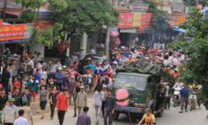 Hàng nghìn người đưa quan tài sản phụ diễu phố