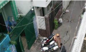 Thiếu nữ Sài Gòn quỳ lạy cảnh sát khi bị bắt xe