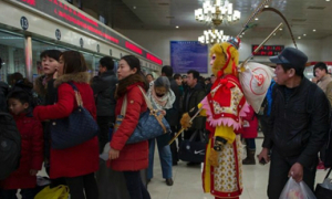 Tôn Ngộ Không mua vé tàu về quê ăn Tết