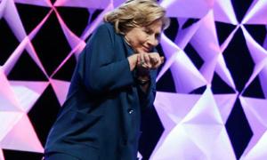 Hillary Clinton bị ném giày