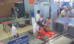 Camera tố hành khách 'cầm nhầm' điện thoại tại sân bay