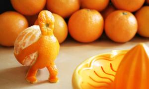 Làm cách nào để chia đều 20 quả cam cho 11 cô gái?