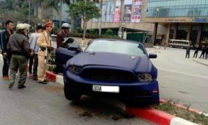 Ford Mustang mui trần hàng độc gặp tai nạn tại Hà Nội