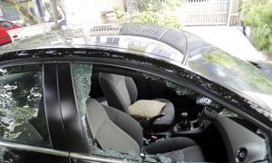 Nhiều ôtô bị đập vỡ kính trước trường mầm non