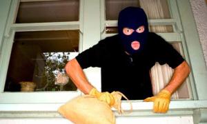 Nửa đêm đu dây điện, đột nhập ăn trộm điện thoại