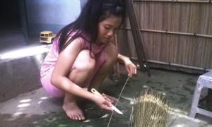 Cô bé chăm chỉ vuốt lá dừa dành tiền mua dụng cụ học tập