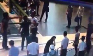 Người 'giải cứu' cô gái bị đánh ở sân bay có thể bị xem xét hành vi gây rối trật tự