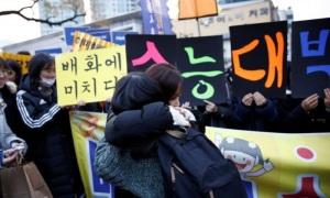 Máy bay hoãn bay, xe bus bớt còi trong ngày thi đại học tại Hàn Quốc