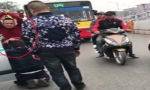Tài xế taxi quỳ lạy vì bị chặn xe, đánh đập giữa Hà Nội