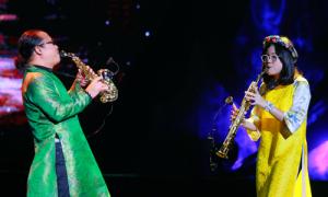 Trần Mạnh Tuấn cùng con gái biểu diễn trên sân khấu