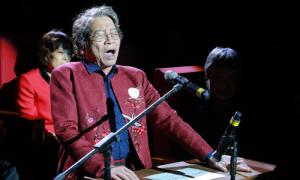 Nhạc sĩ Phó Đức Phương biểu diễn ngẫu hứng trên khán đài