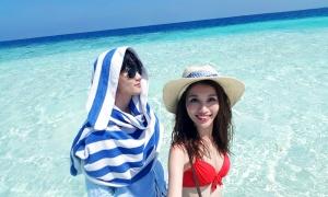 Cặp đôi làng mẫu tận hưởng kỳ nghỉ ở Maldives
