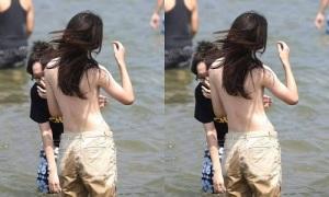 Cô gái khoe lưng trần ở bãi biển khiến bao chàng điêu đứng