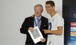 Ronaldo nhận giải Cầu thủ hay nhất trận từ Alex Ferguson