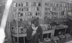 'Người nhện' cắt tôn đột nhập vào nhà trộm nhiều điện thoại