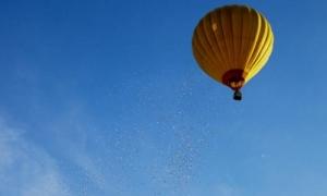 Doanh nhân rải mưa tiền từ khinh khí cầu ở Huế