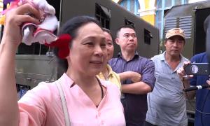 Mẹ Phương Nga và các luật sư mừng vui với kết quả phiên tòa
