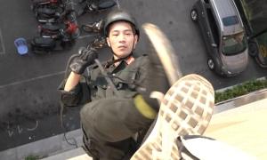 Tân binh đặc nhiệm luyện đu dây, leo tường chống khủng bố