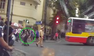 Tài xế taxi quỳ lạy cảnh sát khi bị thổi phạt