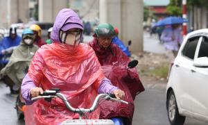 Người Hà Nội cuốn áo mưa tránh gió lạnh đầu mùa