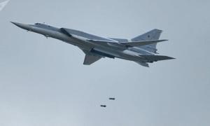 Quá trình lắp bom cho oanh tạc cơ Nga không kích IS
