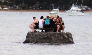 Tay chơi New Zealand đắp 'đảo' để được uống bia đón năm mới