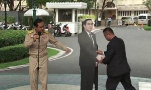 Thủ tướng Thái dùng ảnh bìa thế thân khiến phóng viên sững sờ