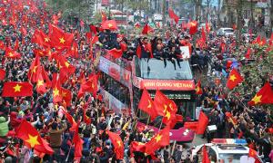 Gần 5 giờ di chuyển qua biển người hâm mộ của đội U23 Việt Nam