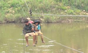 Làm rọ đu dây qua sông ở Kon Tum