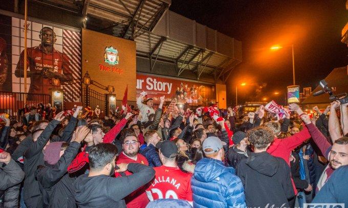 CĐV phấn khích khi Liverpool vào chung kết Champions League