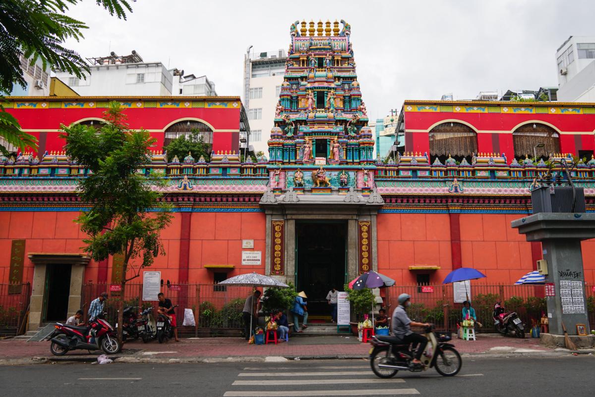 Úp mặt vào đá cầu nguyện trong ngôi đền Ấn Độ ở Sài Gòn - VnExpress Du lịch
