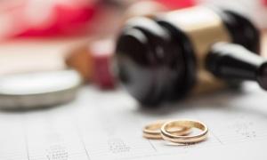 Nam giảng viên quyết ly hôn mặc vợ níu kéo