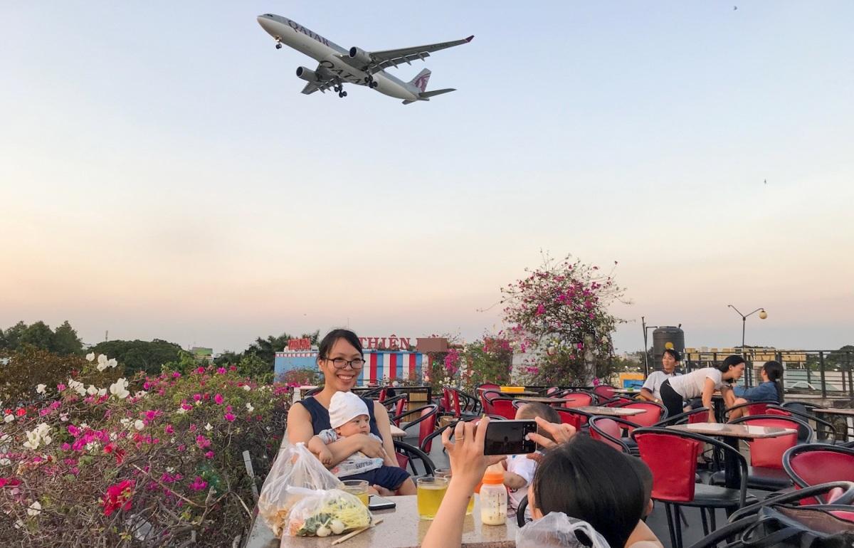 Quán cà phê ngắm máy bay lướt ngang đầu ở Sài Gòn - VnExpress Du lịch