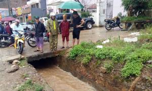 Nam sinh lớp 8 ở Sơn La đi xe đạp điện ngã xuống cống bị cuốn trôi