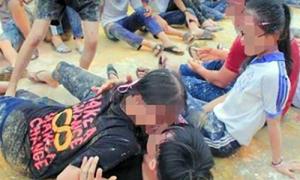 Học sinh nam nữ ôm nhau lăn lộn trong trò chơi đầu năm học