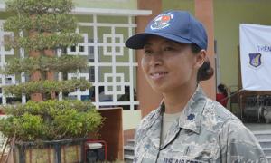 Nữ thiếu tá Mỹ gốc Việt khám bệnh cho người dân ở Quảng Nam