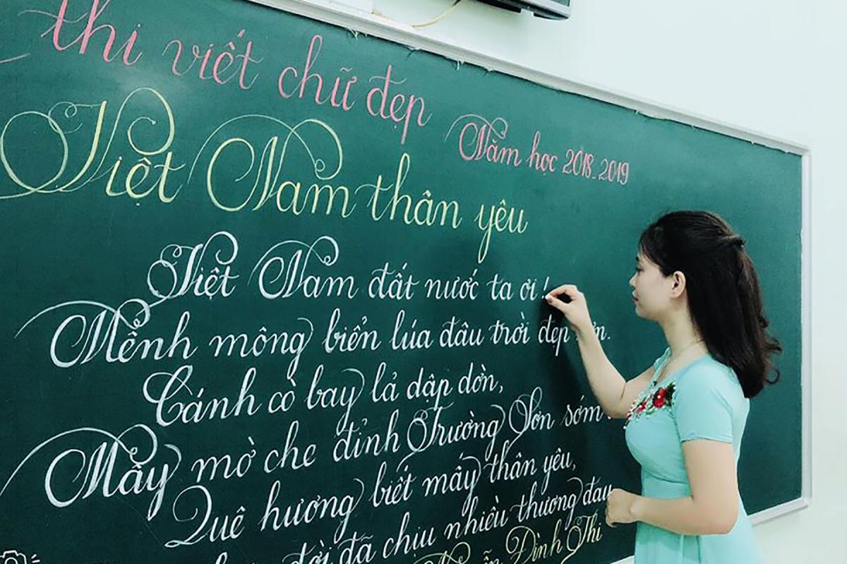 Cô và trò viết chữ đẹp như vẽ - VnExpress